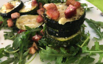 Grillowana cukinia z serem i boczkiem – syta sałatka KETO