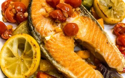 Łosoś z pieczonymi warzywami i cytryną