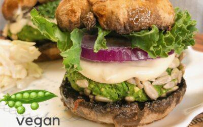 Wegańskie burgery z groszku zielonego na bułce z pieczarki – bezglutenowe